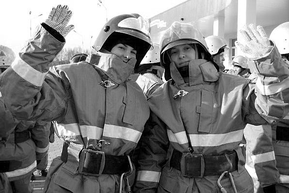 пожарная-девушка_BW