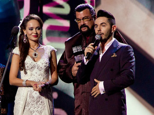 Стивен Сигал и Анна Калашникова вручают награду Тимуру Родригезу